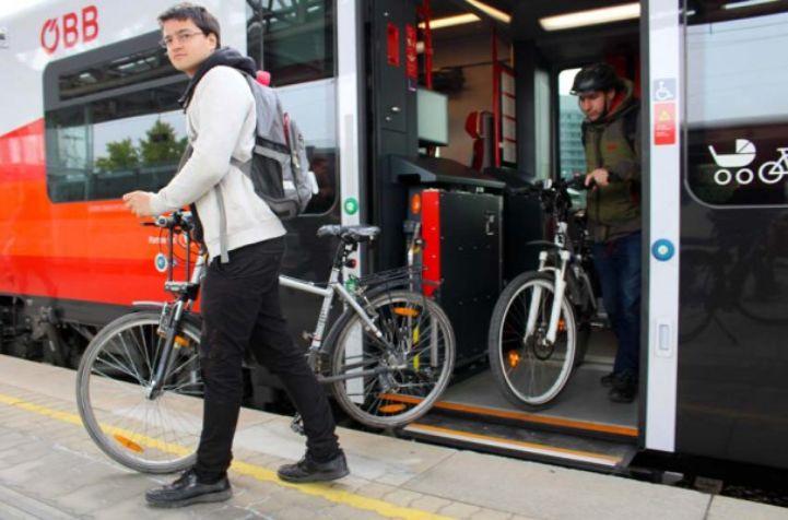 Radtouristen beim Austeigen aus der Bahn, Österreichische Bundesbahnen (ÖBB) ©Radlobby
