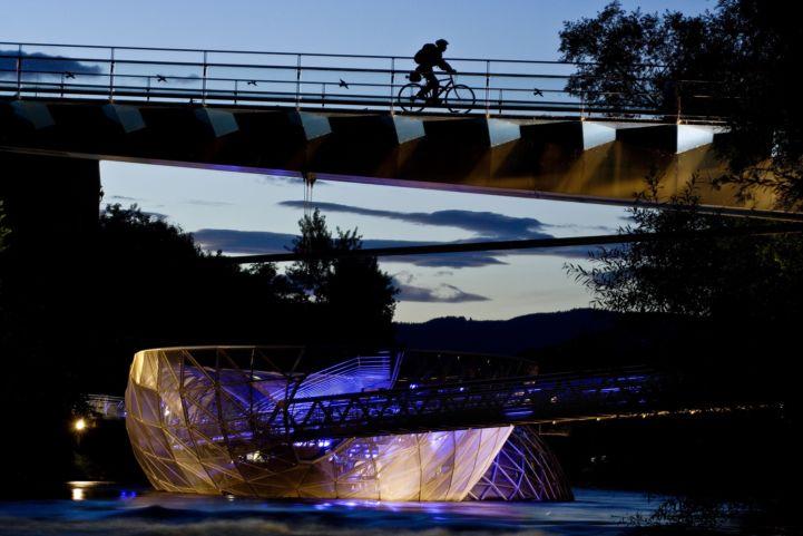 Graz mit der Murinsel bei Nacht (c) Steiermark Tourismus Gerhard Eisenschink.jpg