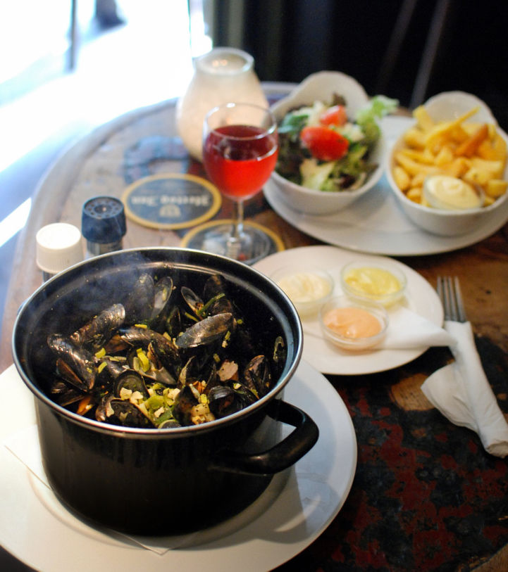 Mussels_with_fries_Amsterdam.jpg